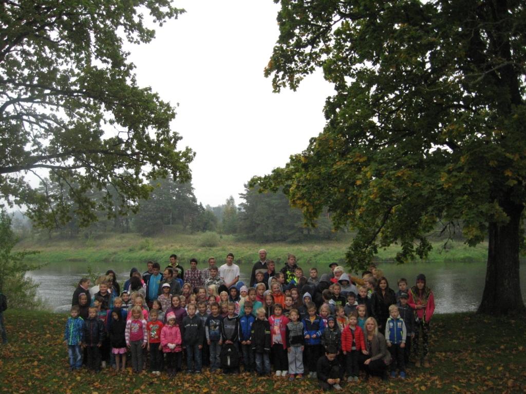 Ābeļu pamatskolas skolēni un skolotāji pie Kaupres pilskalna